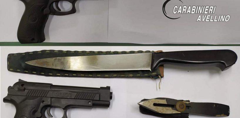 Passeggia per il Corso con due pistole finte e un coltello vero: nei guai 50enne di Montoro
