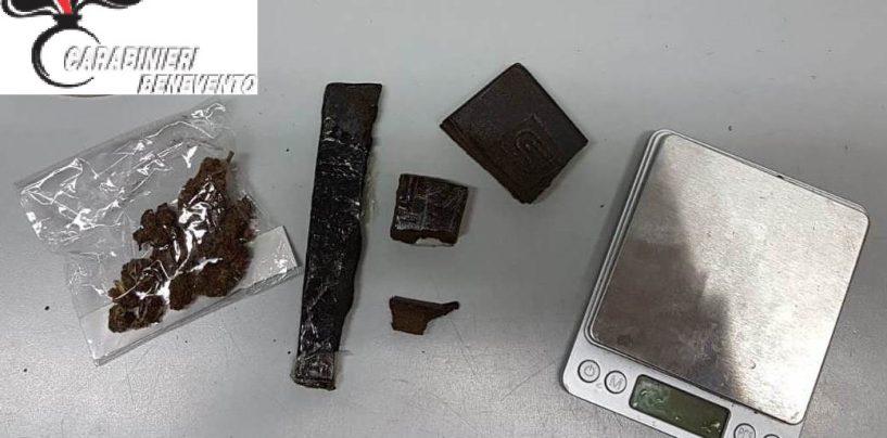 Hashish e marijuana suddivise in dosi: giovane sottoposto ai domiciliari
