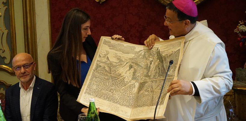 """FOTO / Vino, musica, """"Brandy Avellino"""" e quadri: l'Irpinia omaggia il viceministro"""