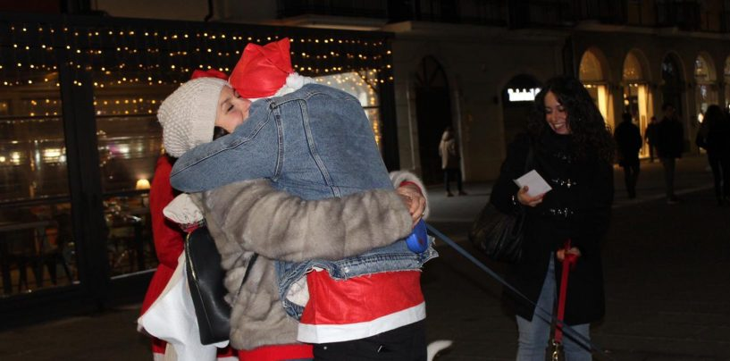 FOTO/ Al Corso si distribuiscono abbracci e poesie. Ed è tutto gratis
