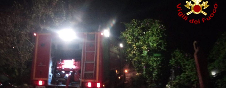 Incendio autovetture e rogo in un locale a Domicella, intervento provvidenziale dei Caschi Rossi