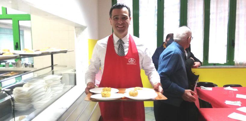 FOTO / Il sindaco cameriere per un giorno. Serve ai meno fortunati della città