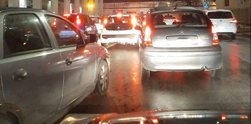 """Avellino, dopo la pioggia """"fiume"""" di auto in città"""
