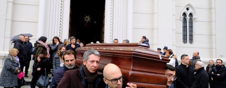 """""""Era bello camminare al tuo fianco, ciao papà"""". Alessandro e la città commossi ai funerali di Massimo Preziosi"""