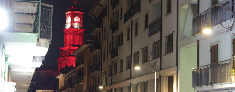 FOTO/ Avellino, la Torre dell'Orologio si colora di rosso. Si accende il Natale