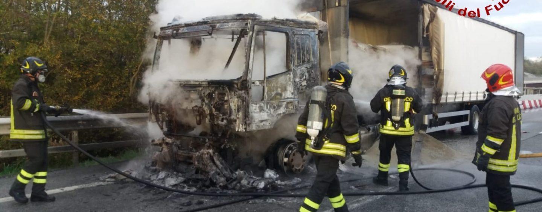 Camion in fiamme sull'A16: disagi fra Benevento e Avellino Est