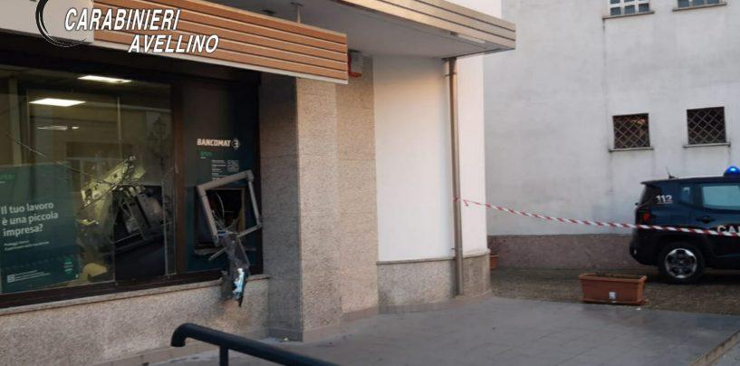 Fanno saltare il Bancomat: ladri in fuga con il bottino