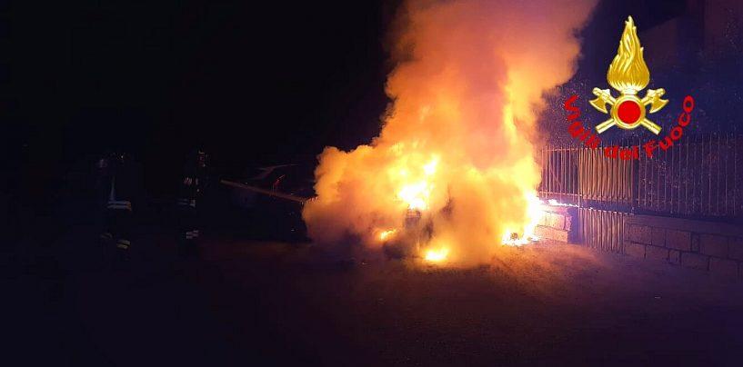 Auto in fiamme nella notte, decisivo l'intervento dei Caschi Rossi