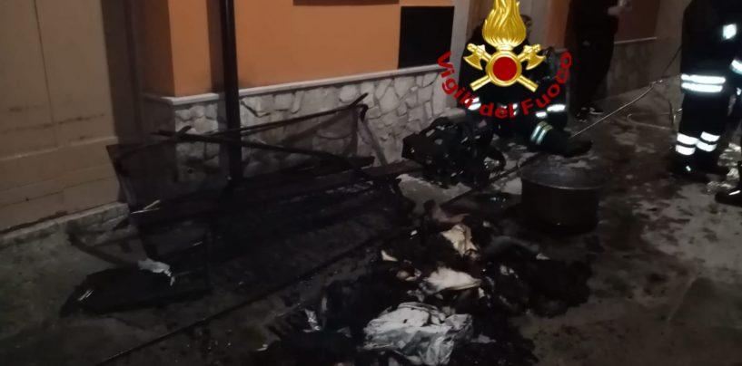 FOTO / Fiamme nel centro storico di Calitri, incendio in un'abitazione