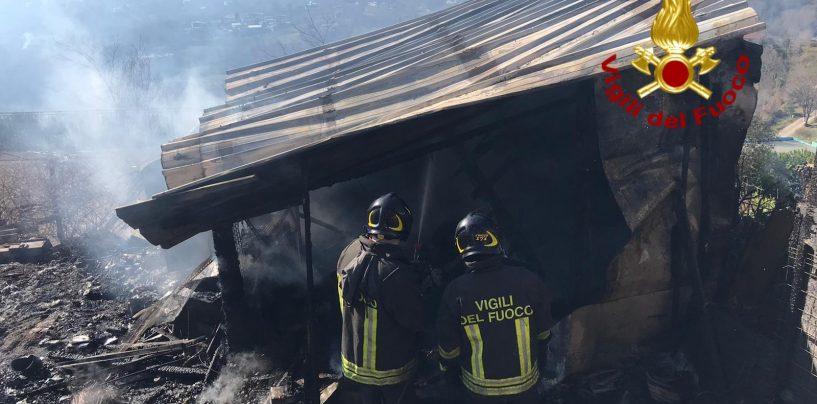 Incendio in un deposito di legno a Capriglia, determinante l'intervento dei Caschi Rossi
