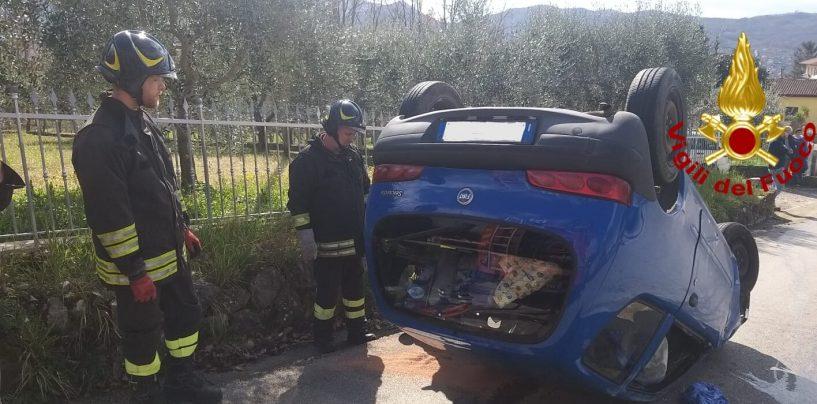 Sbanda con l'auto e si ribalta: donna in ospedale