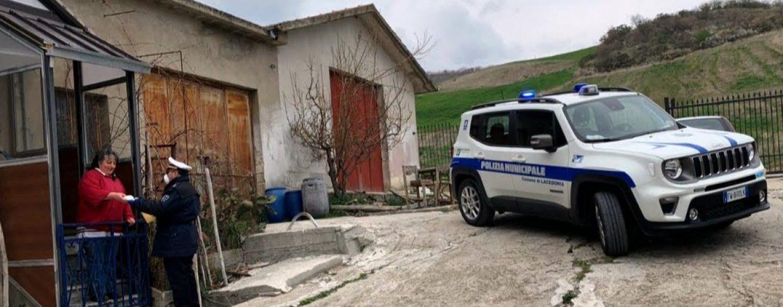Lacedonia, ha finito i farmaci salvavita: polizia locale e volontari glie portano a casa