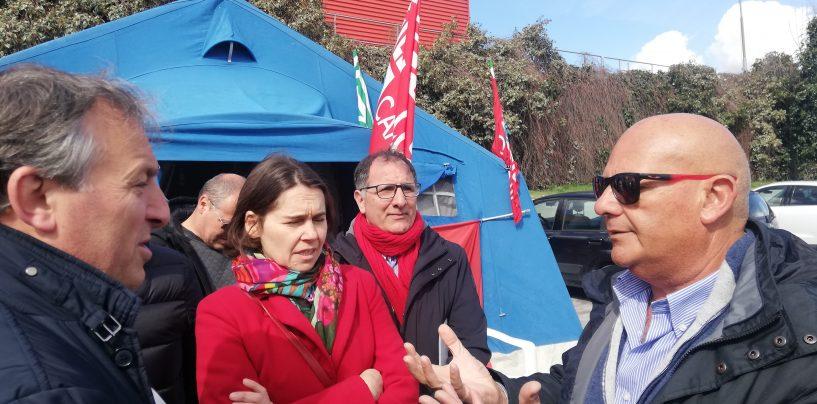 """FOTO / Novolegno, la """"tenda della resistenza"""" pronta a spostarsi anche al Nord. I sindacati nazionali: """"E' una vertenza di tutto il Paese"""""""