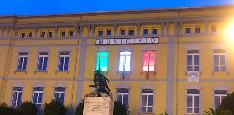Pratola Serra, una bandiera italiana speciale sulla facciata del municipio