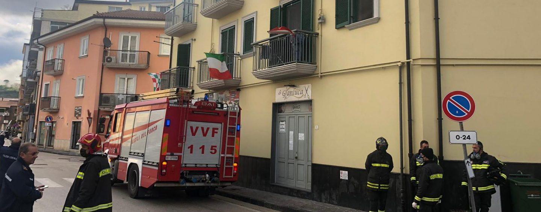 Atripalda, anziano cade in casa: i pompieri lo salvano dal balcone