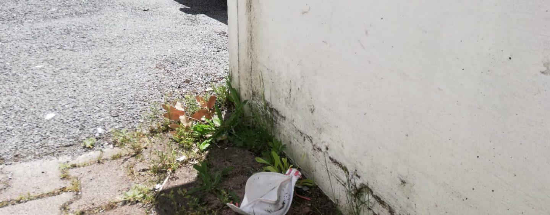 FOTO / Qui Moscati, mascherine e guanti gettati a terra alla rinfusa: la nostra denuncia e quella di Iannace