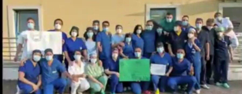 VIDEO/Avellino, si svuota la palazzina Covid del Moscati. La festa degli operatori sanitari
