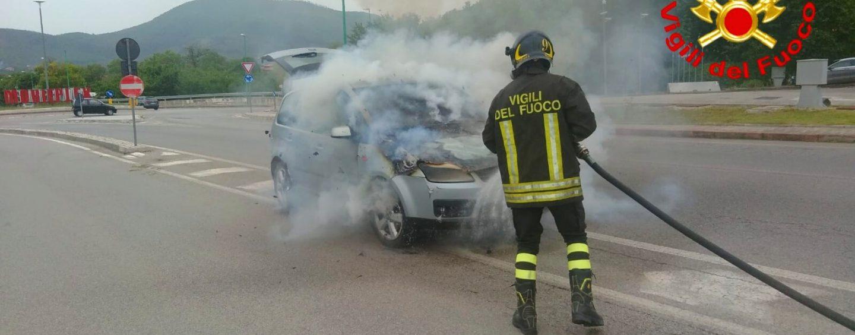 Auto in fiamme a Mercogliano: tanto spavento, nessun ferito