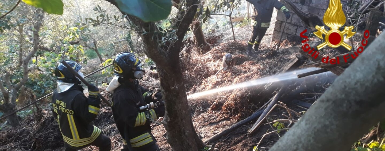Ariano Irpino, a fuoco un deposito agricolo