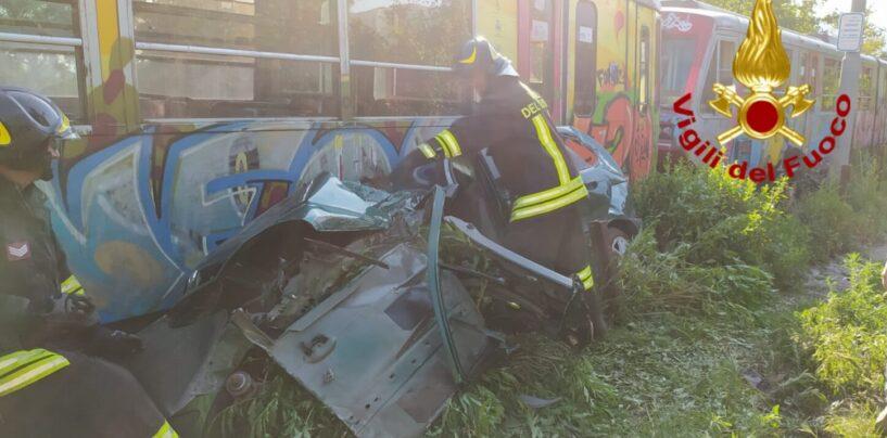 FOTO / Avella: treno Circumvesuviana travolge auto, 64enne in ospedale
