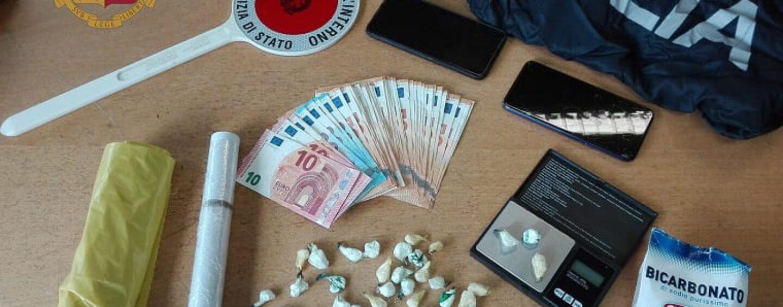 Tenta di fuggire all'antidroga ma viene beccato con cocaina e contanti