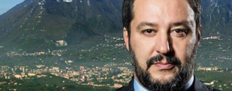 """VIDEO/Avellino, Salvini: """"Locandina con Etna? Un fake"""". E riceve un poster di Montevergine"""