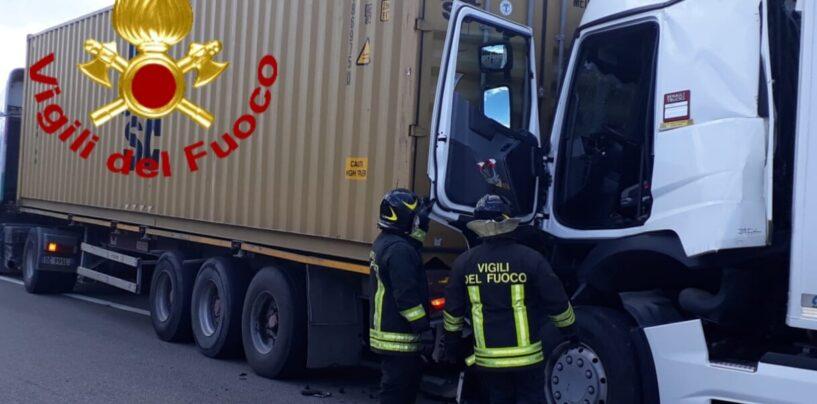 FOTO / Pietradefusi: scontro tra autotreni sull'A16, un ferito trasportato in ospedale
