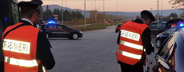 Non si ferma all'alt dei carabinieri: denuncia e ritiro della patente per un 50enne di Ariano