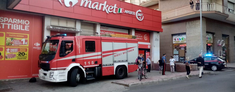 Panico al Carrefour, cassonetto prende fuoco