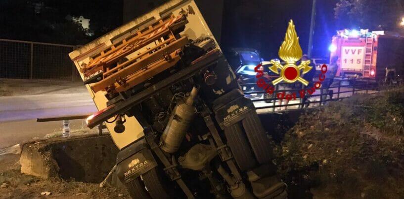 Solofra, camioncino della raccolta rifiuti in un torrente: illeso il conducente