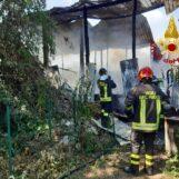 Venticano, deposito agricolo in fiamme