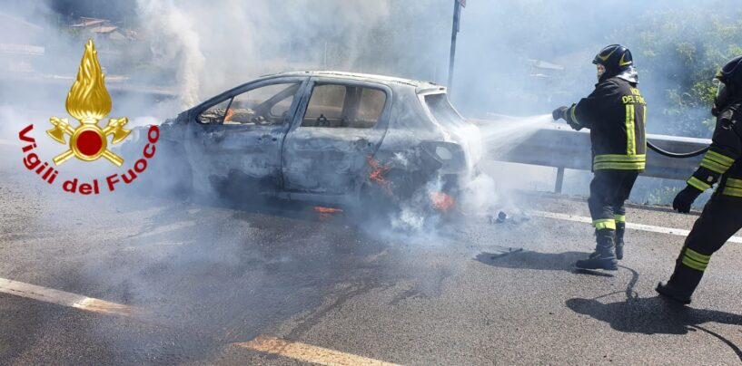 Da Verona in Alta Irpinia per le ferie: auto s'incendia sulla statale a Volturara, tanto spavento