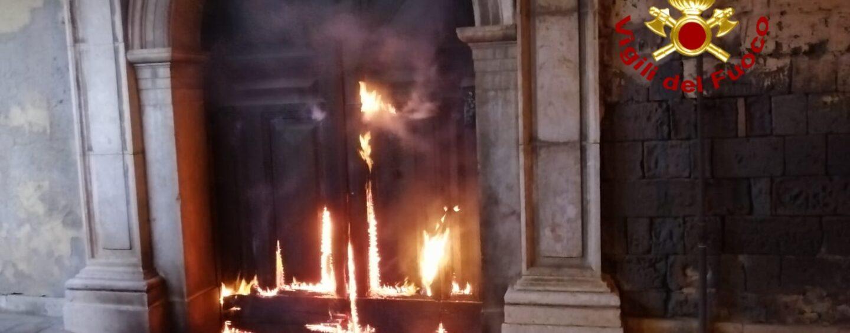 Contrada, fiamme al portone di un'abitazione nella notte