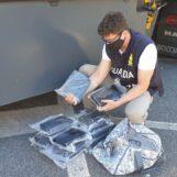 Napoli, la Finanza sequestra 17 chili di coca: sul mercato avrebbe fruttato 5 milioni