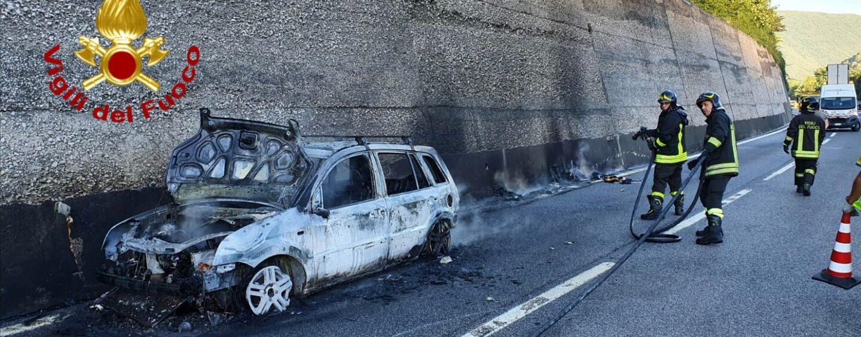 Auto in fiamme sulla Napoli-Bari: paura per un 48enne
