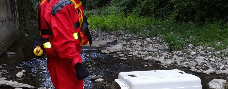 Cane cade nel fiume: lo salvano i vigili del fuoco di Avellino