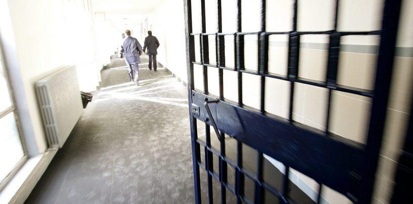 Arrestato con la cocaina, tradito dal borsello: resta in carcere