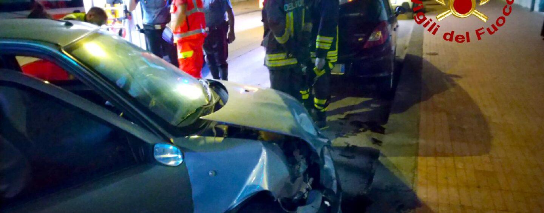 Avellino, auto sbanda ed urta macchina in sosta: 40enne in ospedale