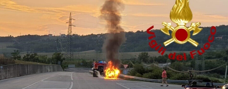 Sant'Angelo dei Lombardi, auto a fuoco sulla statale