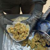 Avellino, titolare di canapa shop spaccia marijuana: denunciata