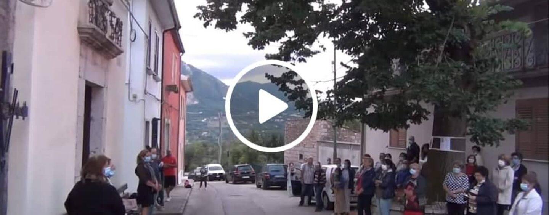 VIDEO/Lapio: il prete chiude la chiesa, i fedeli costretti a pregare all'aperto