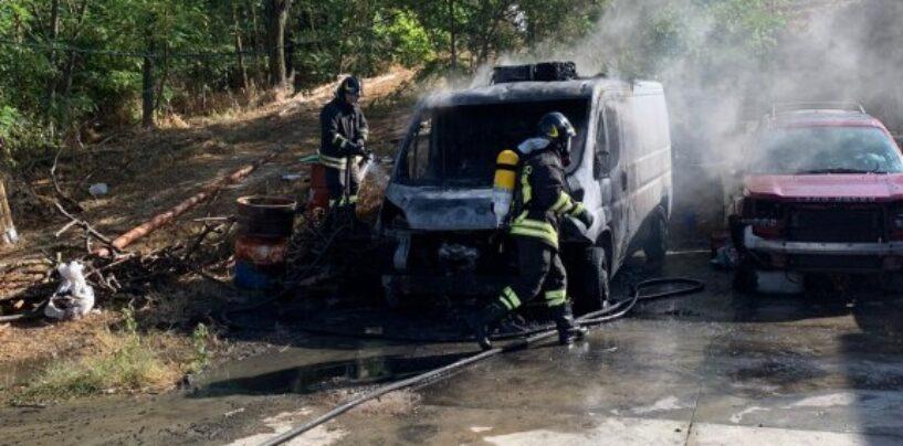 Montecalvo Irpino: in fiamme un furgone