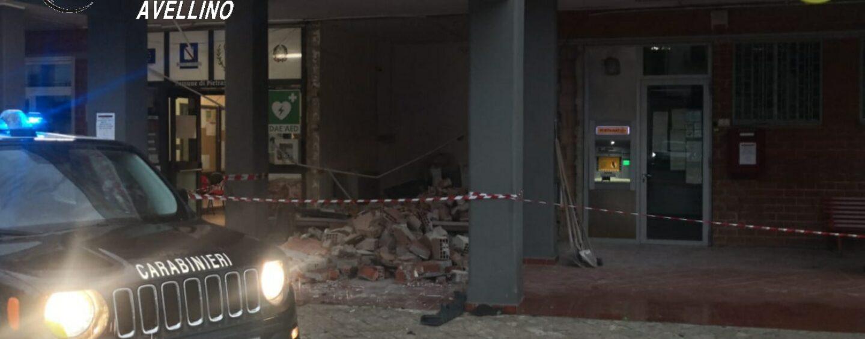 Tentano il colpo in banca con l'esplosivo: messi in fuga dall'arrivo dell'Arma