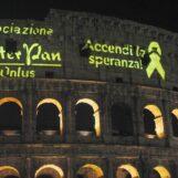 Roma, un selfie al Colosseo: l'associazione Peter Pan contro i tumori