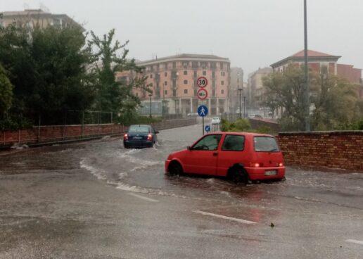 """FOTO / Pioggia e vento, """"caos"""" anche ad Avellino"""