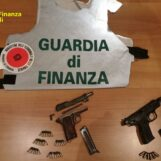 VIDEO/ Guardia di Finanza, sequestrate armi e munizioni a Ponticelli