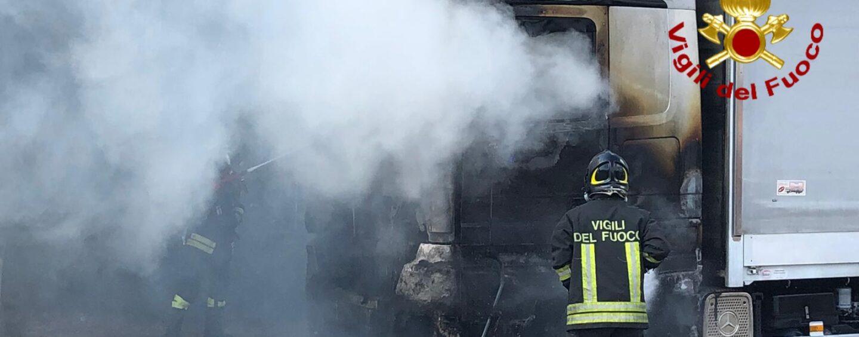 Mercogliano, incendio al casello autostradale: camion in fiamme
