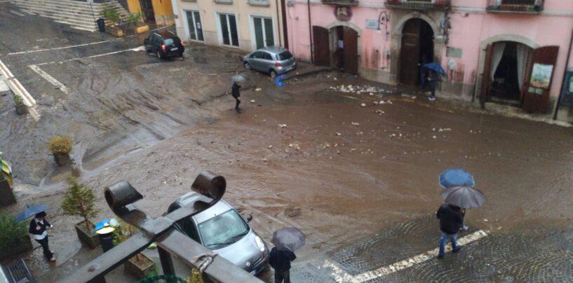 """FOTO / Maltempo, frana a Monteforte Irpino: paura e disagi. Il sindaco: """"Non uscite di casa"""""""