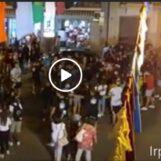 """VIDEO/Mirabella, annullata la """"tirata del carro"""" ma i giovani e un fascio di luci mantengono viva la tradizione"""