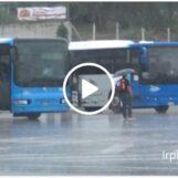 """VIDEO:""""Sotto la pioggia come bestie, senza nessun servizio"""": la protesta dei pendolari al terminal bus di piazzale degli irpini"""